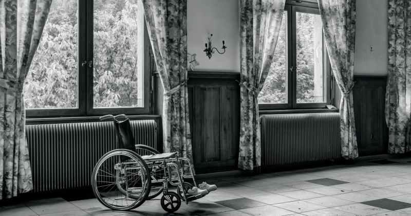 Kursi roda di dekat jendela