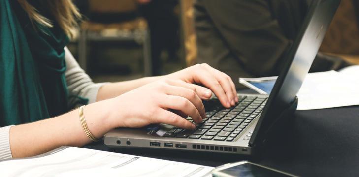 Tangan di atas laptop sedang mengetik