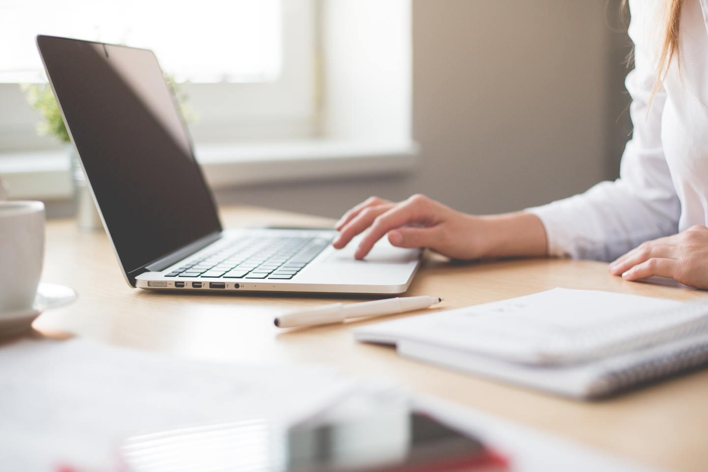 Seorang perempuan di depan sebuah laptop